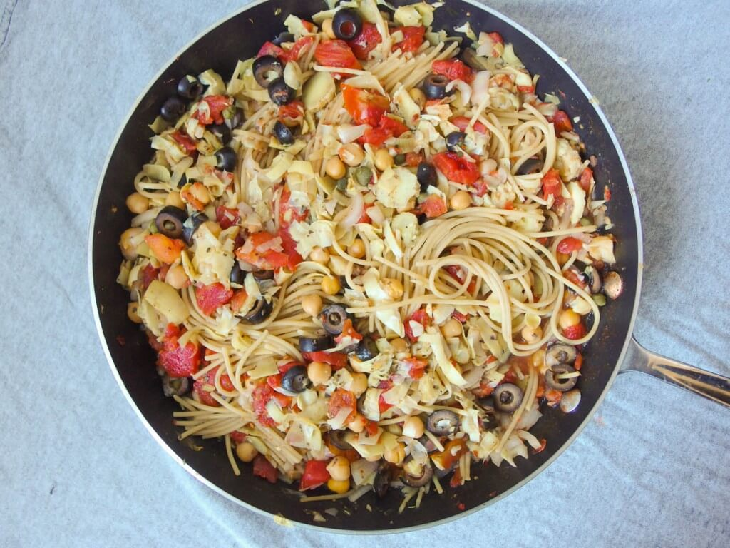 One Pot Spaghetti Alla Puttanesca - Yup, it's Vegan