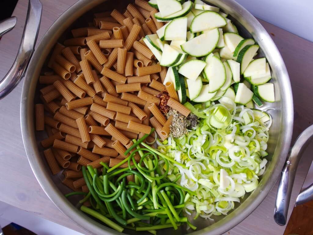 one pot pasta with zucchini and leeks in white wine sauce. Black Bedroom Furniture Sets. Home Design Ideas