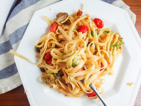 Caramelized Onion Fettuccine with Smoked Cherry Tomatoes and Pickled Raisins | yupitsvegan.com