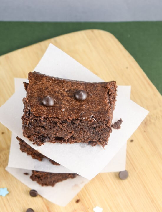 Gluten-free Vegan Walnut Brownies | yupitsvegan.com. Wholesome, fudgy, chewy vegan brownies that are gluten-free and made from walnuts.